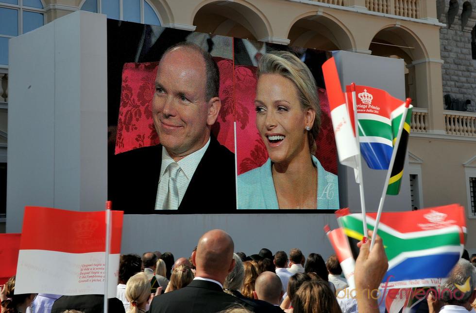 Pantalla frente al Palacio durante la ceremonia civil de Alberto de Mónaco y Charlene Wittstock
