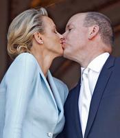 El primer beso de Alberto de Mónaco y Charlene Wittstock como casados