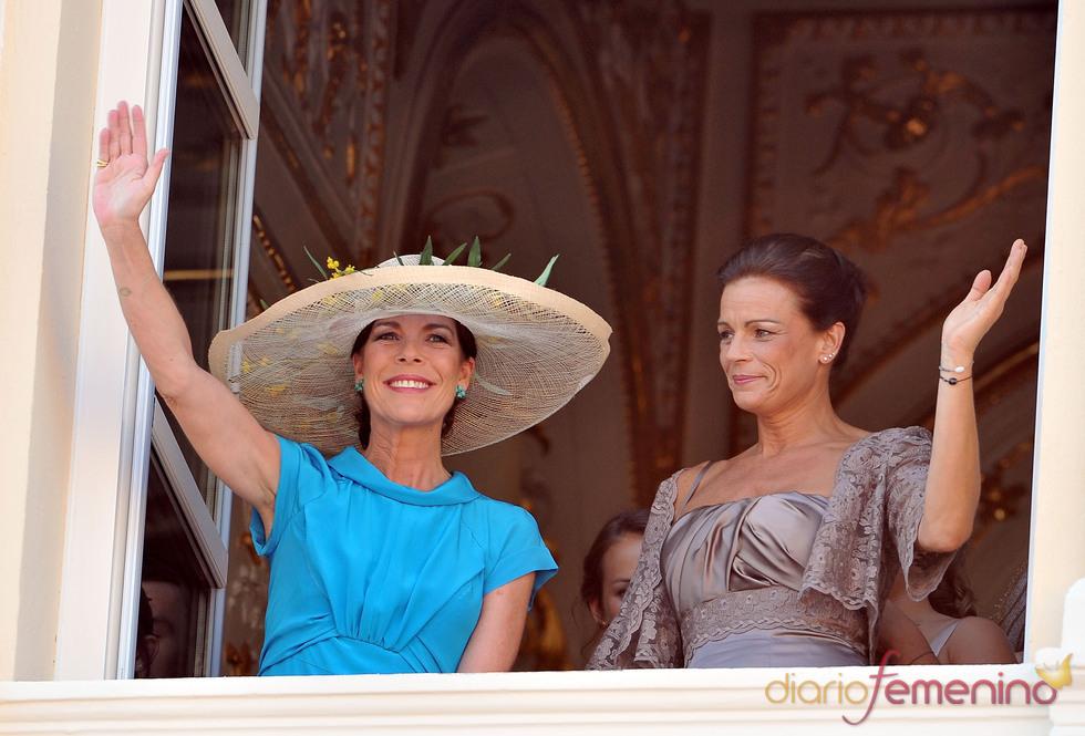 Carolina y Estefanía de Mónaco saludan desde el balcón tras la ceremonia civil de la Boda Real