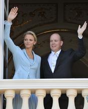 Alberto de Mónaco y Charlene Wittstock saludan desde el palacio real tras la ceremonia civil de su Boda Real