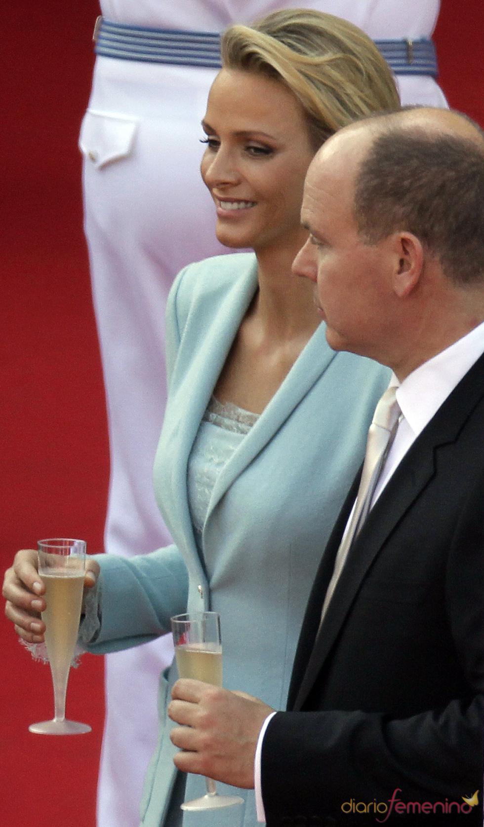 Charlene Wittstock y Alberto de Mónaco brindan tras la ceremonia civil de su Boda Real