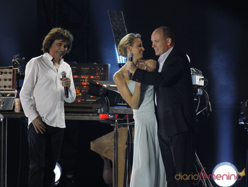 Alberto de Mónaco y Charlene Wittstock bailan durante el concierto de Jean Michel Jarre tras la Boda Real civil de Mónaco