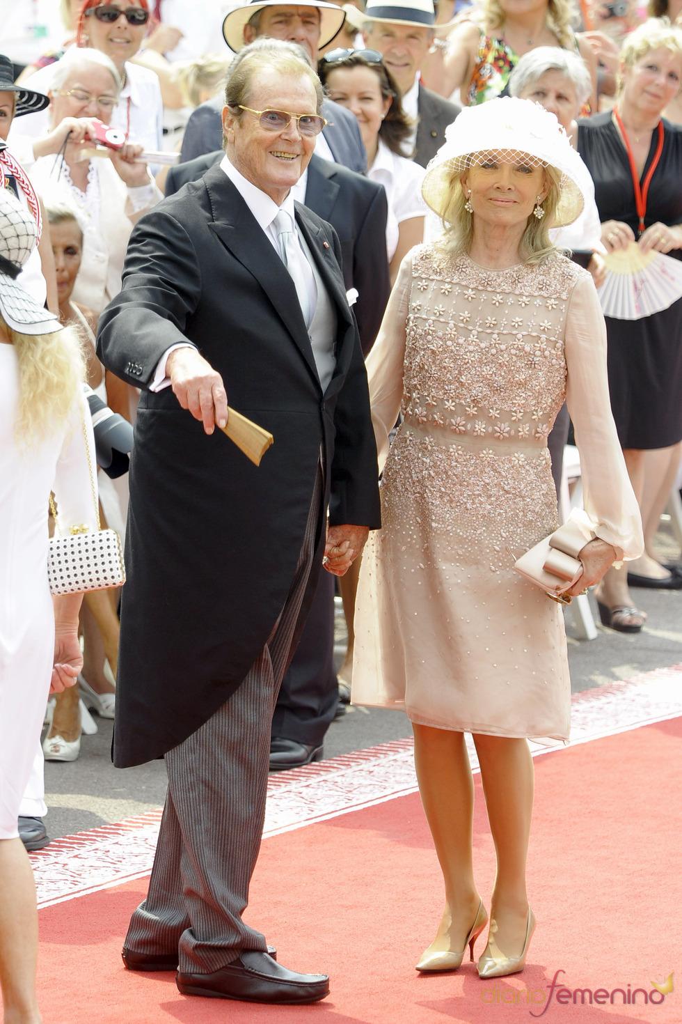 Roger Moore llega a la ceremonia religiosa de la Boda Real de Mónaco