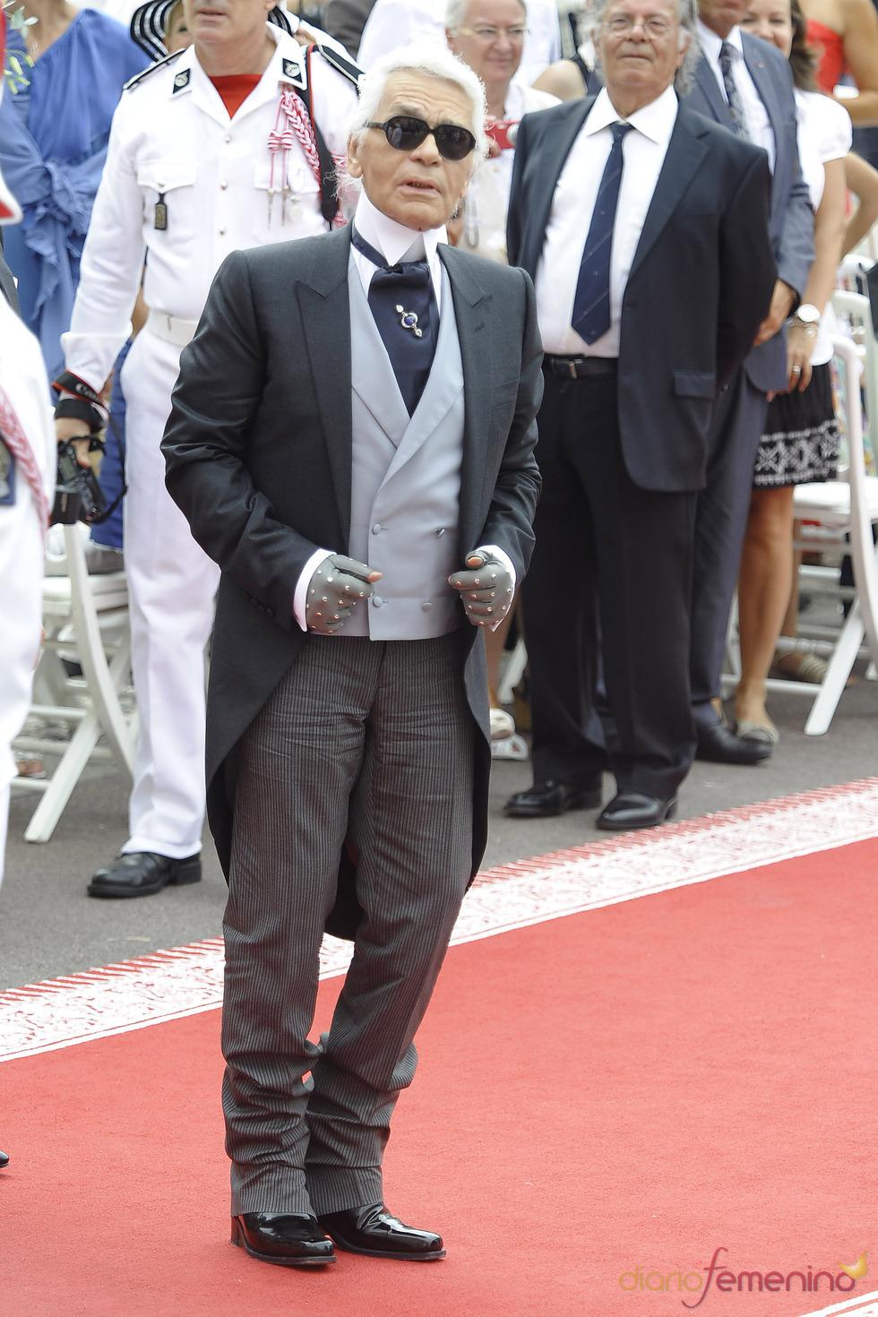 Karl Lagerfeld llega a la ceremonia religiosa de la Boda Real de Mónaco