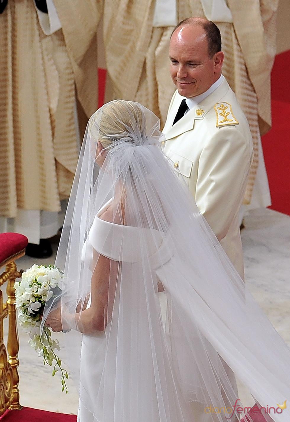 Albero de Mónaco mira a Charlene Wittstock durante la ceremonia religiosa de la Boda Real