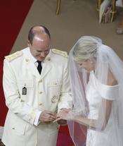 Alberto de Mónaco y Charlene Wittstock intercambian anillos durante la ceremonia religiosa de la Boda Real