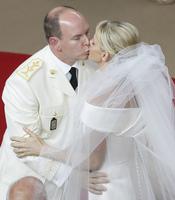 El beso de Alberto de Mónaco y Charlene Wittstock durante la Boda Real