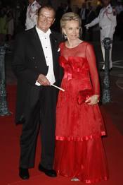 El actor Roger Moore y su mujer Kristina Tholstrup en la cena de gala de la Boda Real de Mónaco