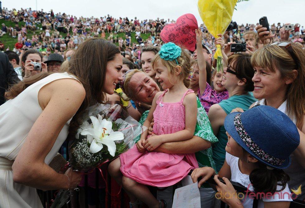 Kate Middleton se salta el protocolo a su llegada a los Fuertes de Lévis