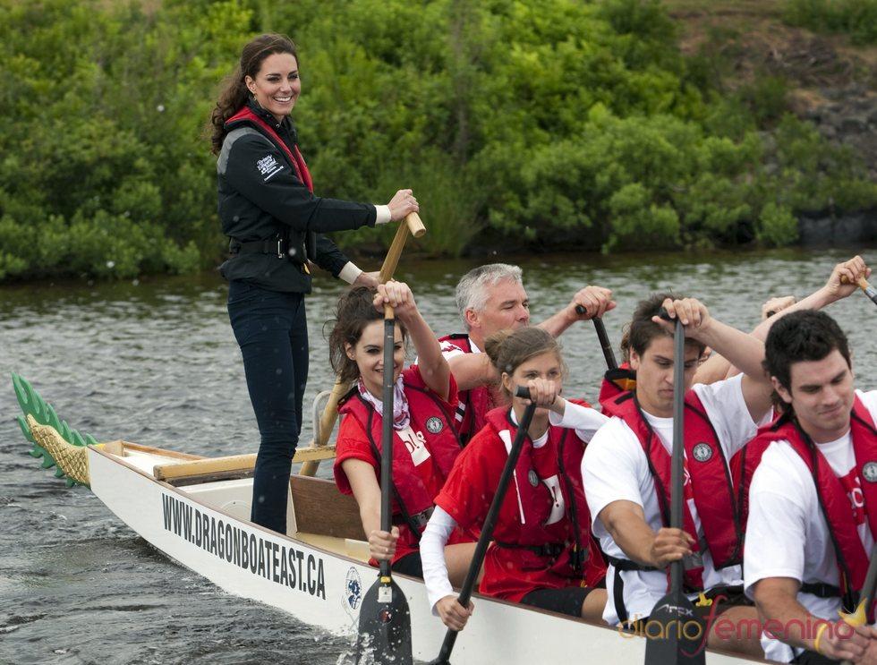 Kate Middleton participa en una regata durante su visita a Canadá