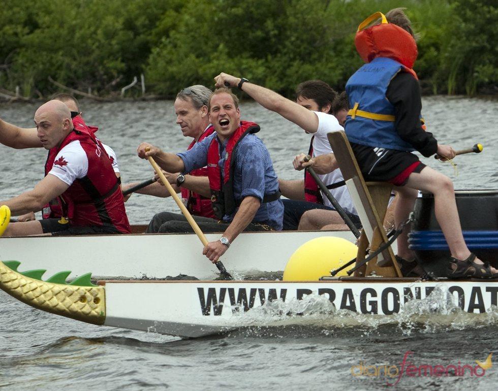 Guillermo de Inglaterra participa en una regata en el lago Dalvay de Canadá