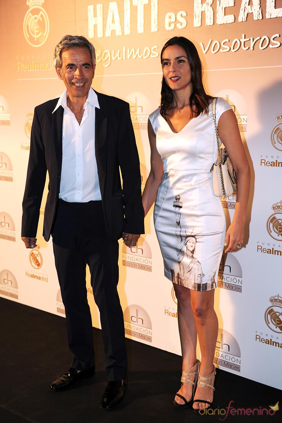 Imanol Arias y su novia Irene Meritxel en una cena benéfica en el Bernabeu