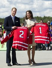 Guillermo de Inglaterra y Kate Middleton reciben una camiseta de hockey