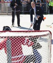 Guillermo de Inglaterra jugando al hockey en Canadá