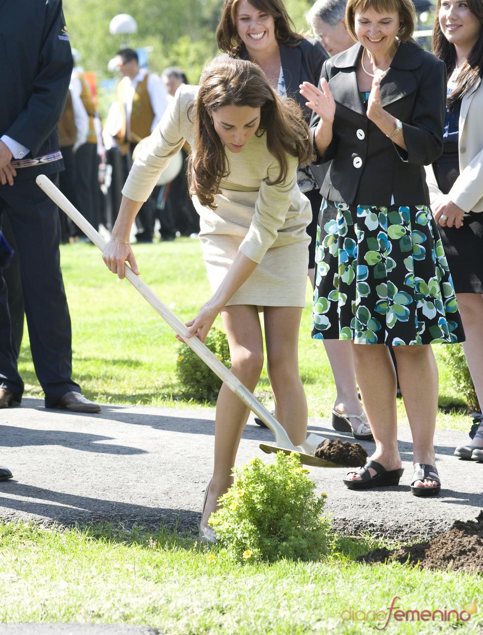 Kate Middleton planta un árbol en Canadá