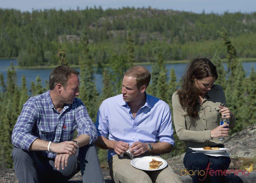 Guillermo de Inglaterra y Kate Middleton comen en el lago Blatchford de Canadá
