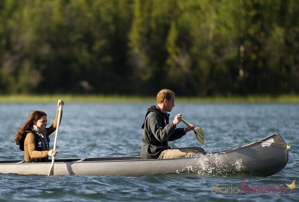 Guillermo de Inglaterra y Kate Middleton montan en canoa en el lago Blatchord de Canadá