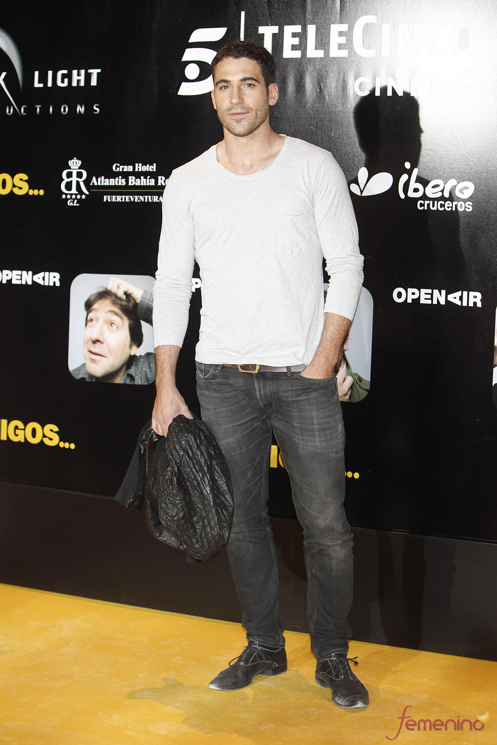 Miguel Ángel Silvestre en el estreno de la película 'Amigos'