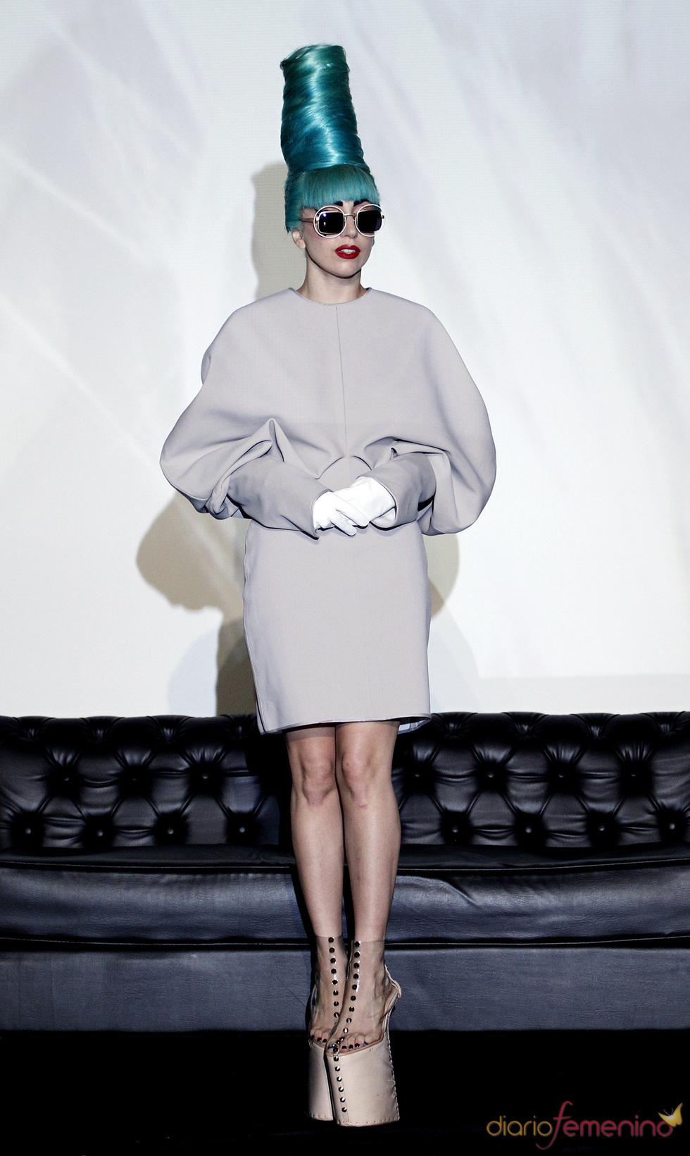 Lady Gaga luce un moño azul durante su estancia en Singapur