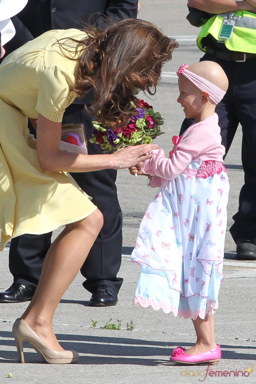 Kate Middleton saca su instinto maternal en su despedida de Canadá