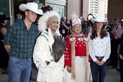 Guillermo de Inglaterra y Kate Middleton posan con los indios en Canadá