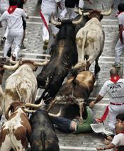 Los toros arrollan a un corredor durante los Sanfermines de 2011