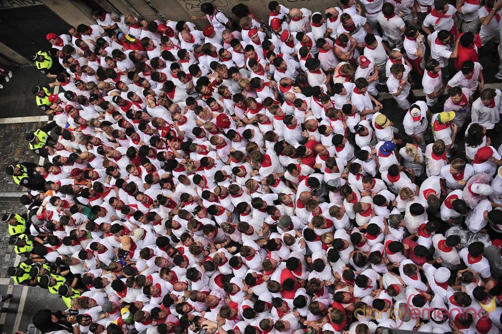 La policiía contiene a la multitud durante los Sanfermines de 2011