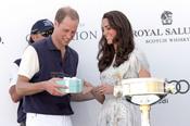 Kate Middleton entrega a Guillermo de Inglaterra el premio del partido benéfico de polo de Los Ángeles