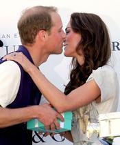 Kate Middleton besa a Guillermo de Inglaterra durante un partido benéfico de polo en Los Ángeles