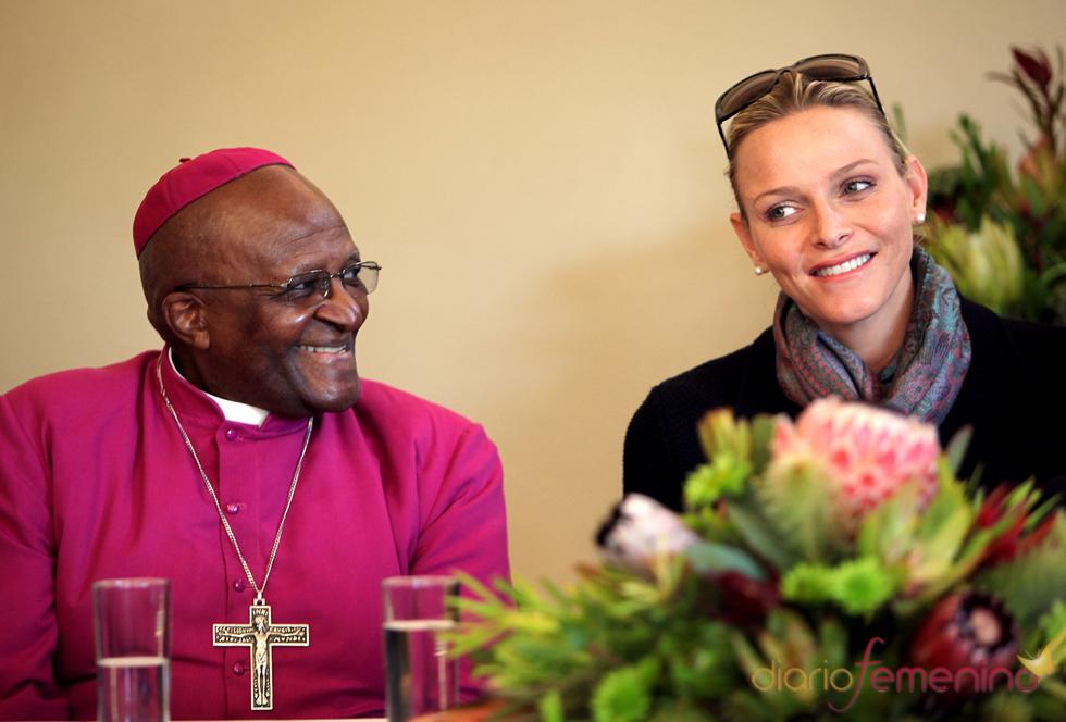 Charlene de Mónaco hace una visita solidaria a Desmond Tutu en Sudáfrica