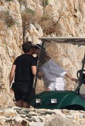 Carla Bruni besa a Nicolás Sarkozy durante sus vacaciones en la costa azul