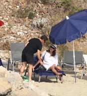 Nicolás Sarkozy muy atento con Carla Bruni en sus vacaciones en la costa azul