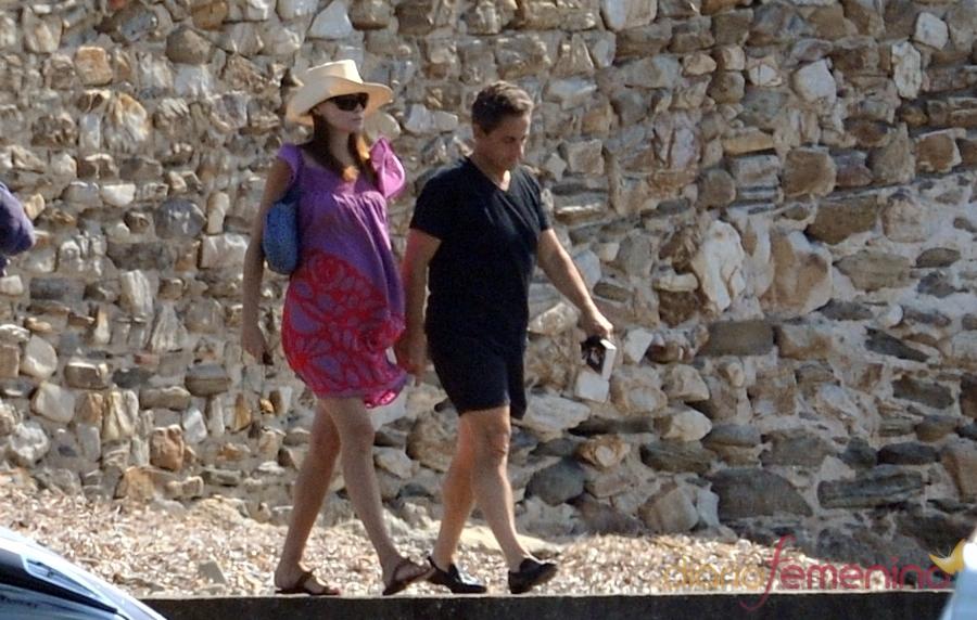 Nicolás Sarkozy y Carla Bruni pasean en sus vacaciones por la costa azul