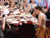 Emma Watson firma autógrafos en el estreno de 'Harry Potter y las reliquias de la muerte. Parte 2' en Nueva York