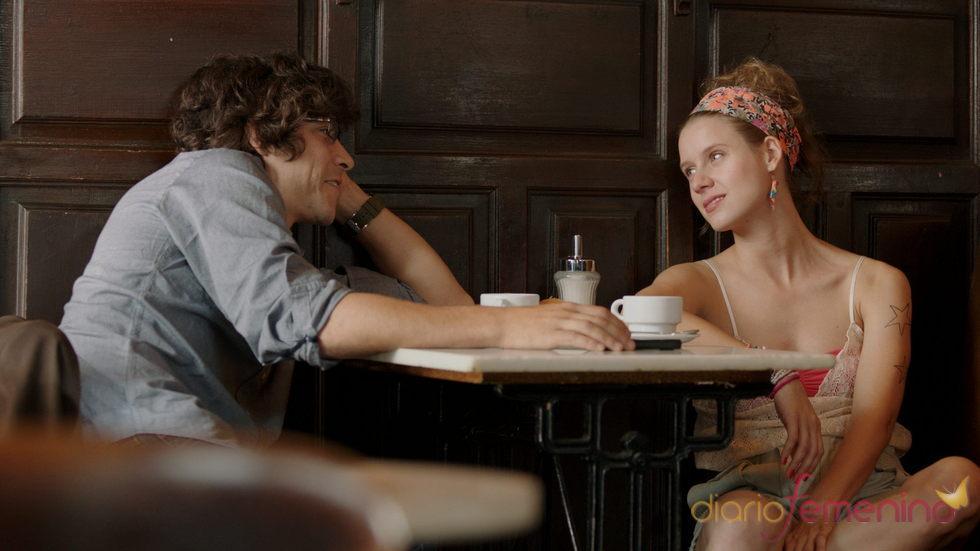 Óscar Jaenada y Manuela Vellés en un fotograma de 'Buscando a Eimish'