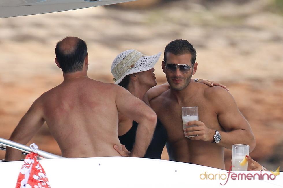 Susana Uribarri muy cariñosa con su novio Darek de vacaciones en Ibiza
