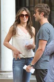 Liz Hurley y Chace Crawford durante el rodaje de la quinta temporada de 'Gossip Girl'