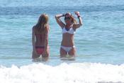 Arancha de Benito se divierte en la playa durante sus vacaciones en Ibiza