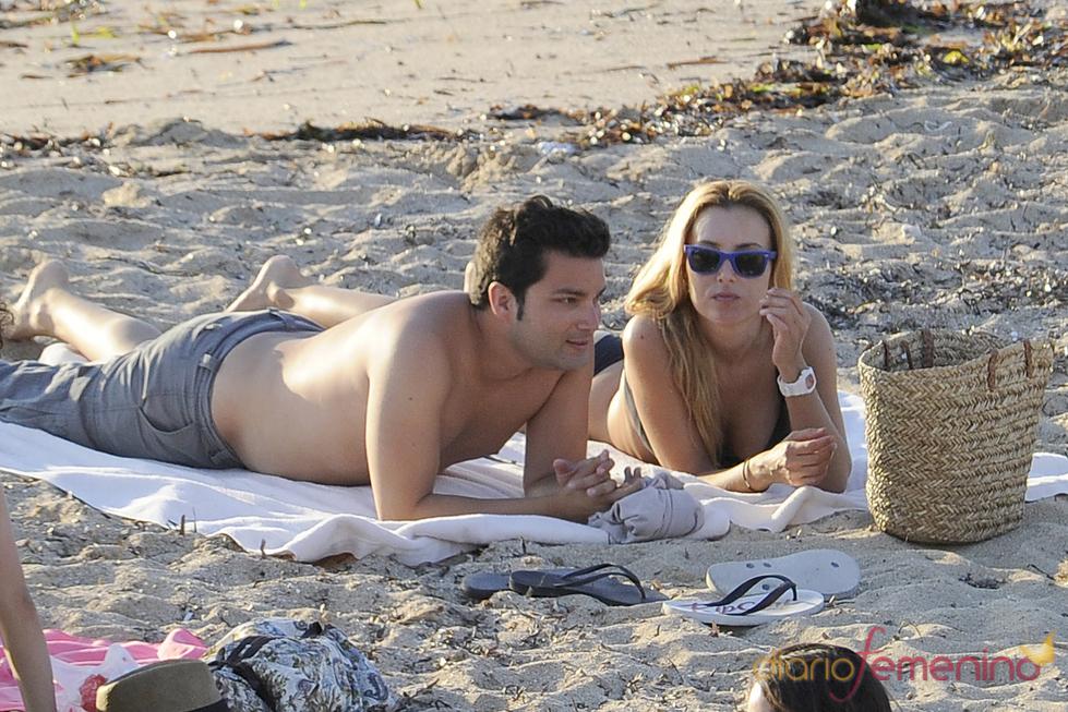 Berta Collado disfruta de un día de playa en Ibiza con un amigo