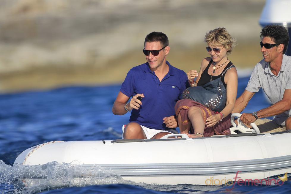 Eugenia Martínez de Irujo surca las aguas de Ibiza durante sus vacaciones