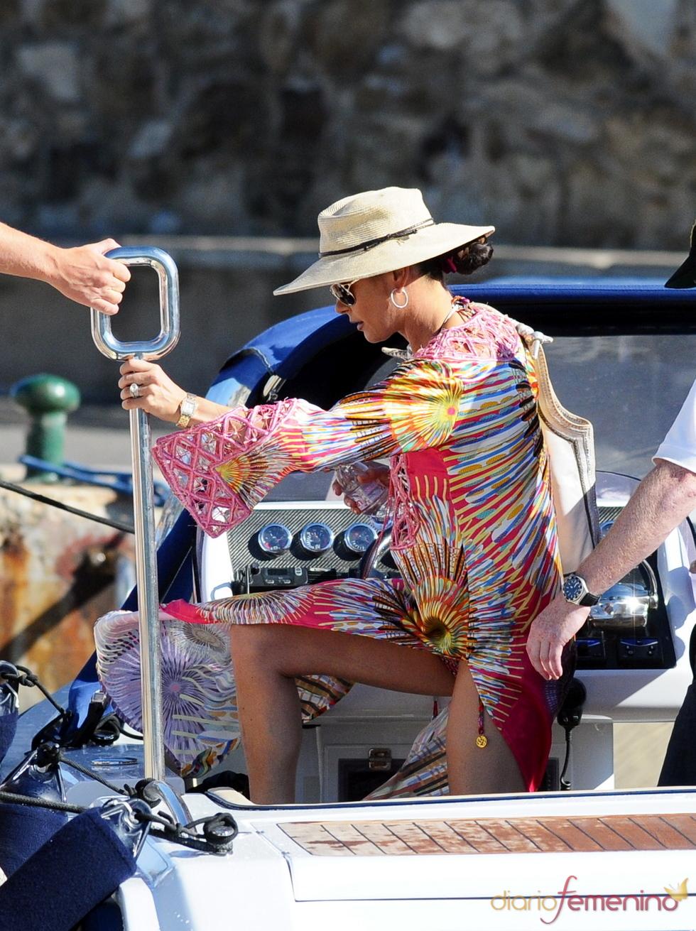 Catherine Zeta-Jones sube a su yate de vacaciones en Francia