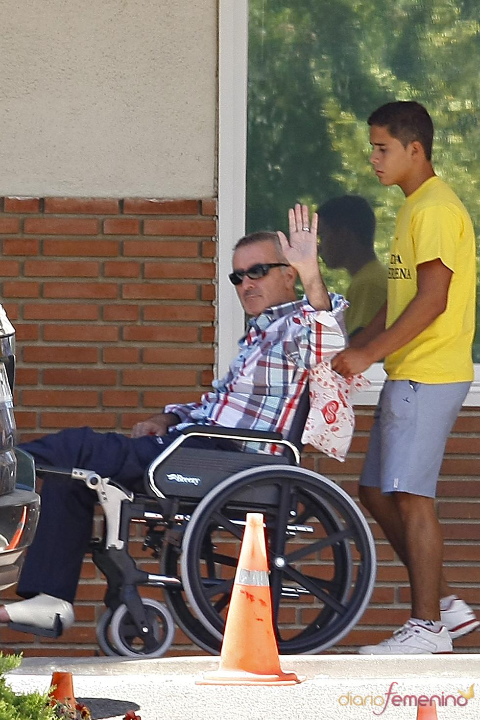 José Ortega Cano y su hijo José Fernando a su salida de la Ruber Internacional