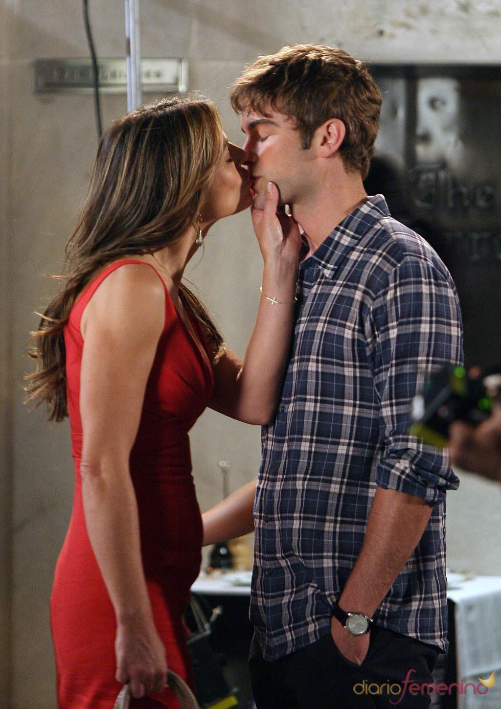 Liz Hurley besa a Chace Carwford en el rodaje de la quinta temporada de 'Gossip Girl'