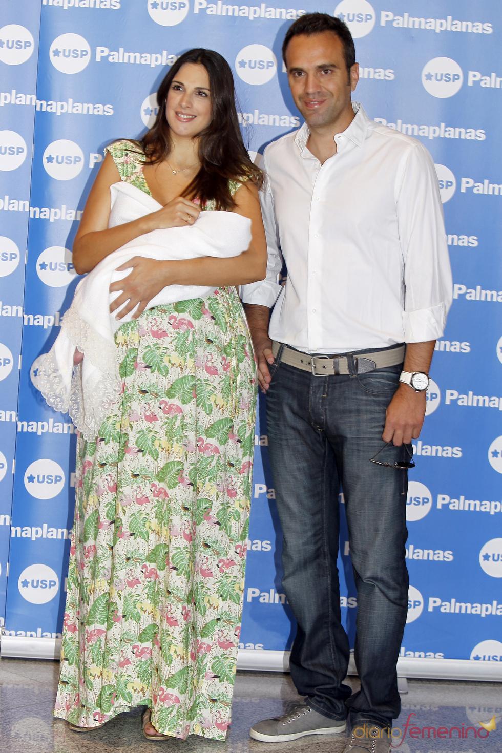 Nuria Fergó y su marido José Manuel presentan a su hija Martina