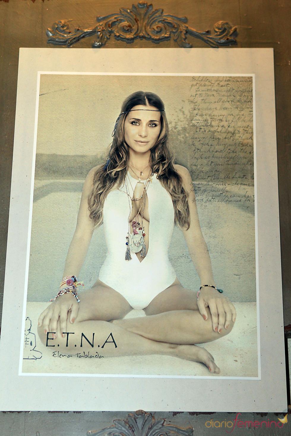 Elena Tablada posa con un diseño de su colección de ropa de baño