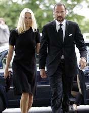 Mette-Marit y Haakon de Noruega, muy afectados en el funeral por el atentado en Oslo