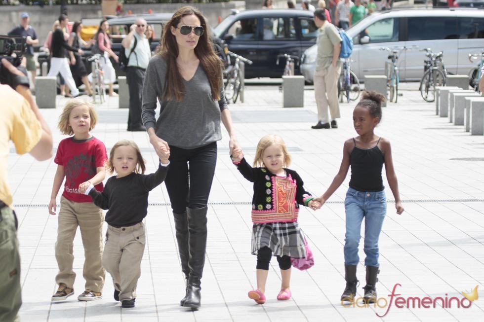 Angelina Jolie con algunos de sus hijos en el acuario de Londres