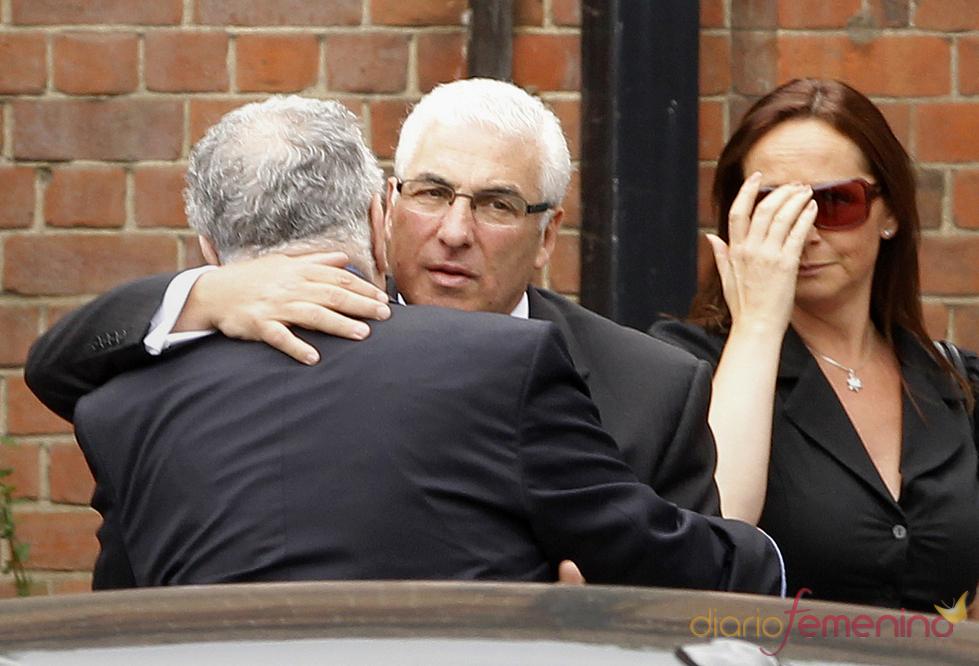 Mitch Winehouse, el padre de Amy Winehouse, a su llegada al crematorio
