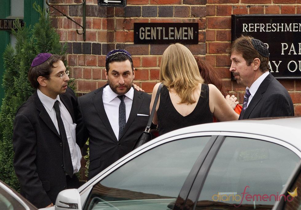 El hermano de Amy Winehouse, Alex, a su llegada al crematorio