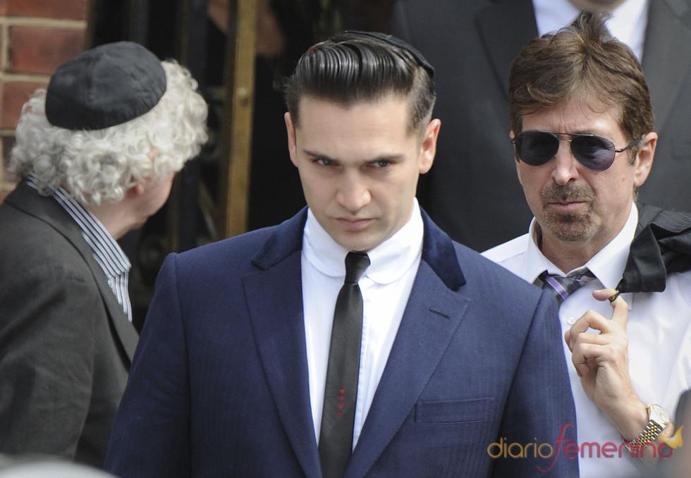Reg Traviss, novio de Amy Winehouse, acude a su funeral al norte de Londres